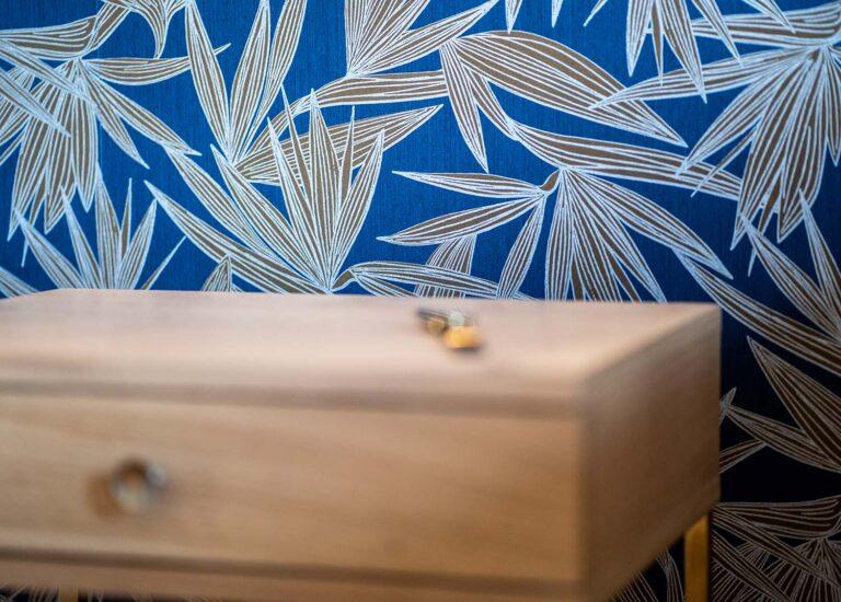 Détail papier peint bleu
