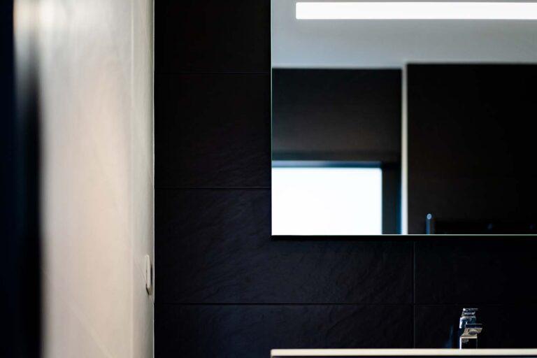 Salle de bain noire détail